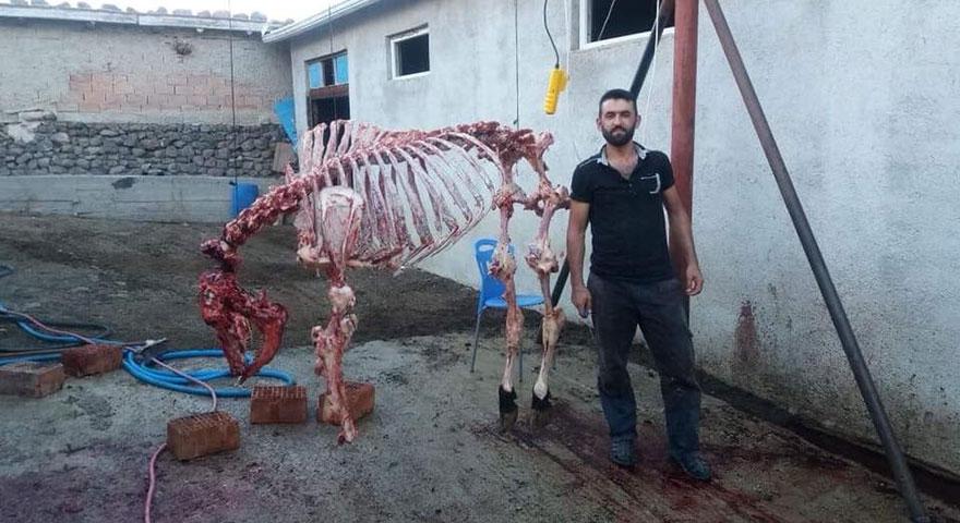 Kurban iskeletiyle hatıra fotoğrafı