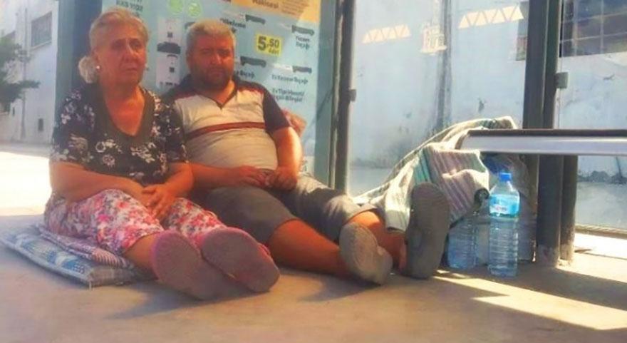 Engelli oğluyla durakta yatan anneye yardım yağdı