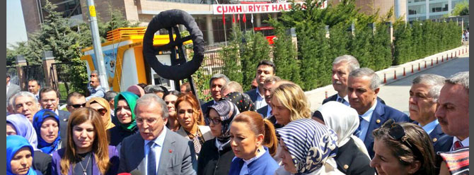AK Partili kadınlardan CHP'ye siyah çelenk