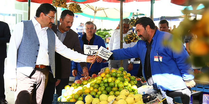 Mustafa Ak pazara indi, fiyataları yerinde denetledi