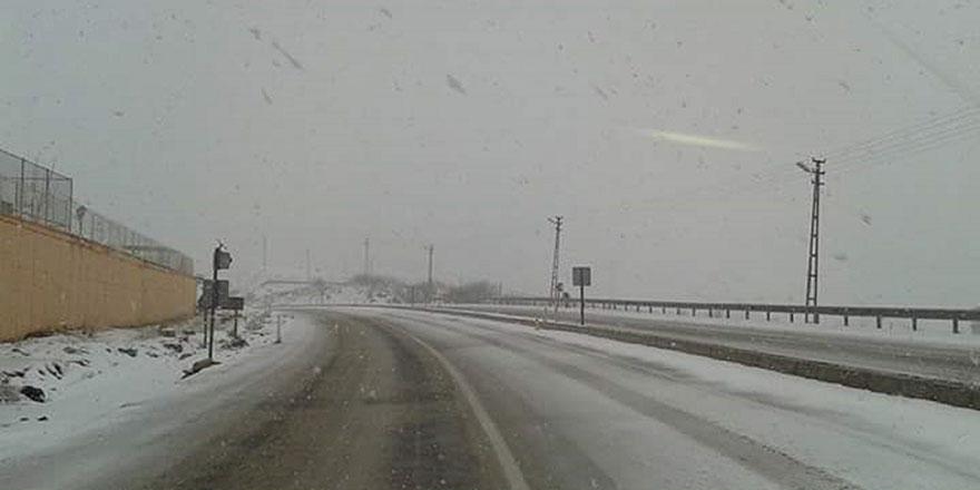 Sivas'ta kar şaşkınlığı! Biranda beyaza büründü