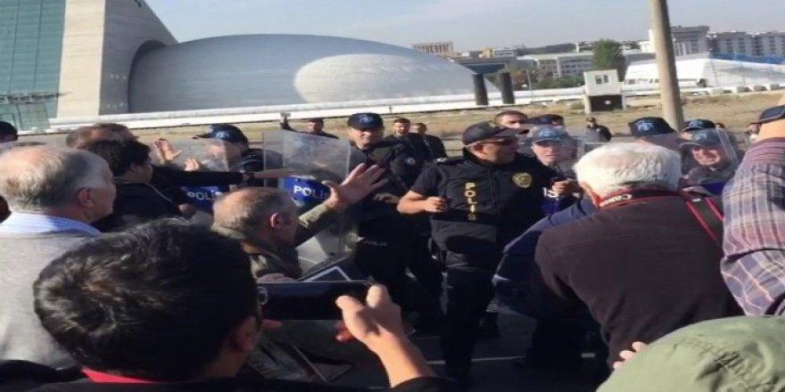 Ankara'da düzenlenen törende arbede çıktı