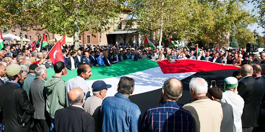 Cuma namazı çıkışında binlerce insan İsrail'i protesto etti