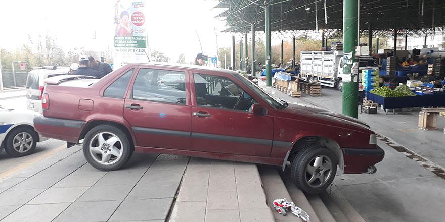 Sarhoş sürücü araçla pazara girmek istedi