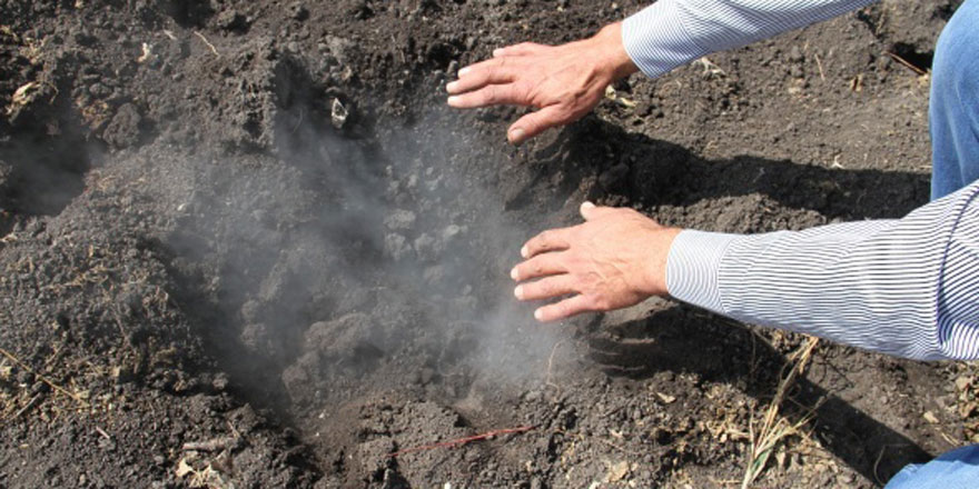 Şaşırtan olay! topraktan duman çıkıp yanıyor!