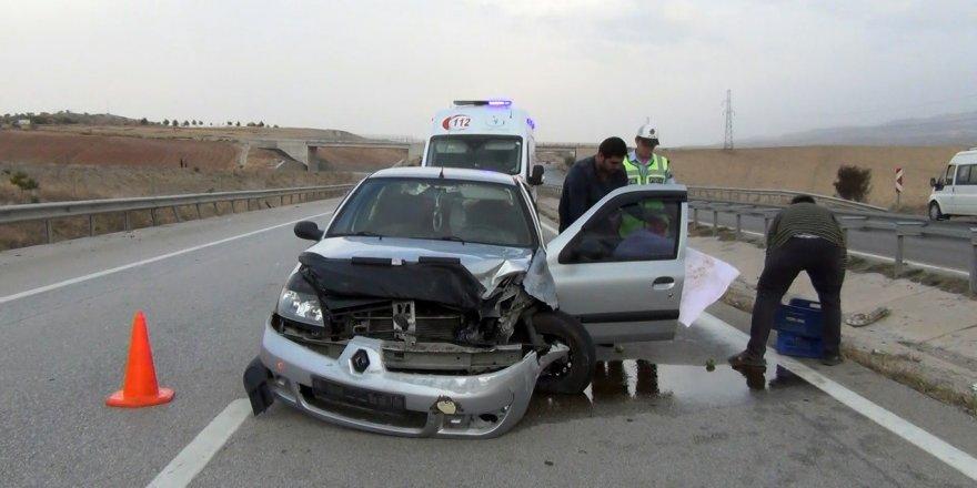 Kırıkkale'de otomobil bariyerlere çarptı: Anne ve 2 çocuğu yaralandı