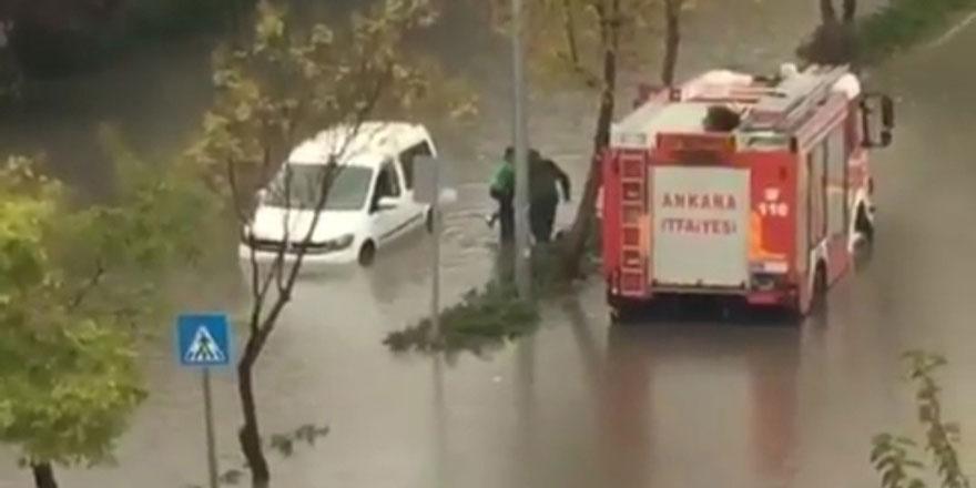 Yağışlar sürücüleri araçlarda mahsur bıraktı!