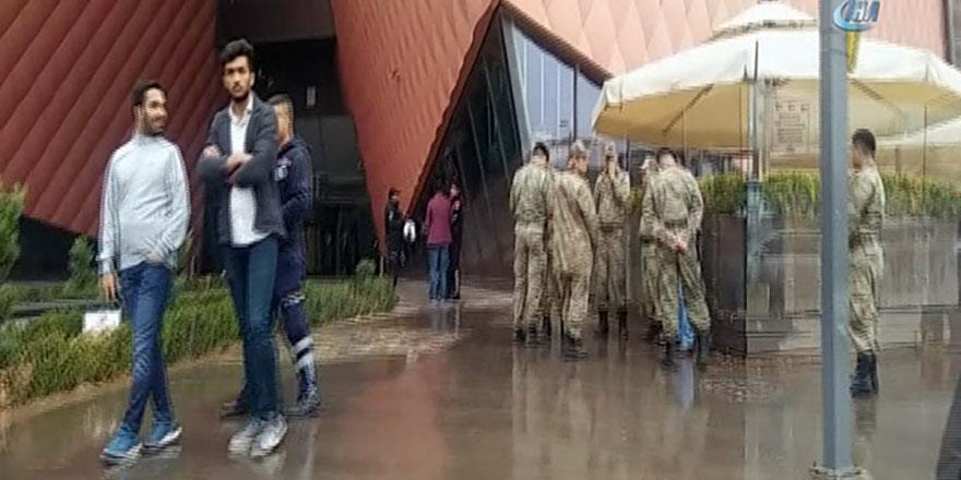 Son Dakika - Firari asker AVM'de ki çalışanları esir aldı!