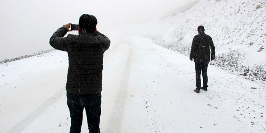 Erzurum'a lapa lapa kar düştü