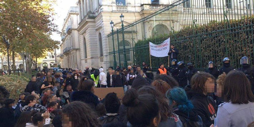 Fransa'da 60 lise kapatıldı