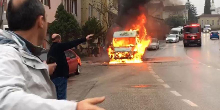 Servis minibüsü alev topuna döndü!