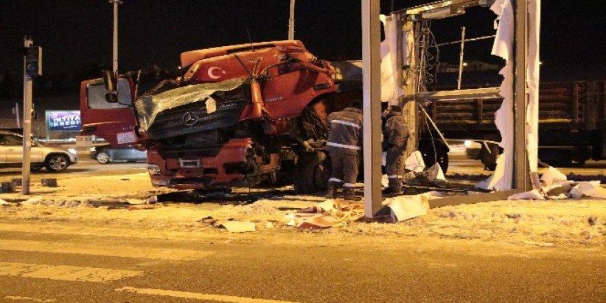 Ankara'daki tır kazısında sürücü ağır yaralandı