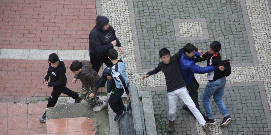 Çocukların kavgası kameralara yansıdı