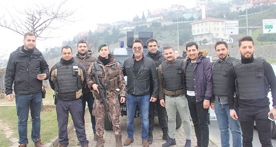 Beyazıt Öztürk polislerle fotoğraf çektirdi