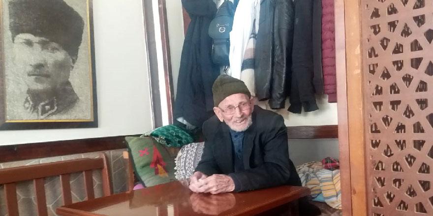 107 yaşındaki babasını sıkılmasın diye işe götürüyor