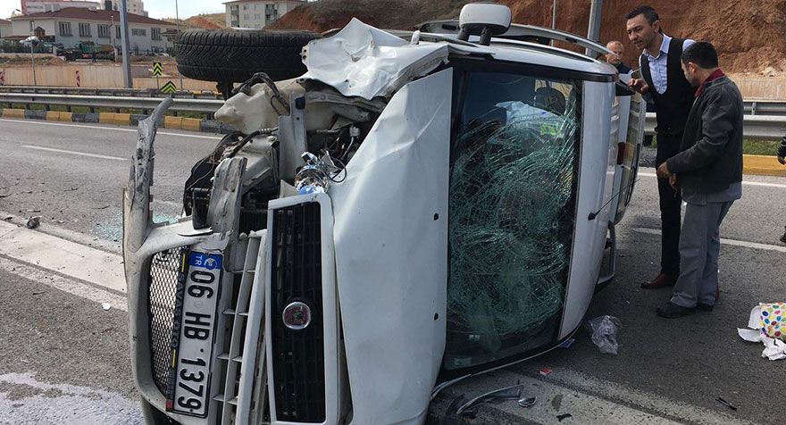 Ters yöne dönen otomobil ile hafif ticari araç çarpıştı: 6 yaralı