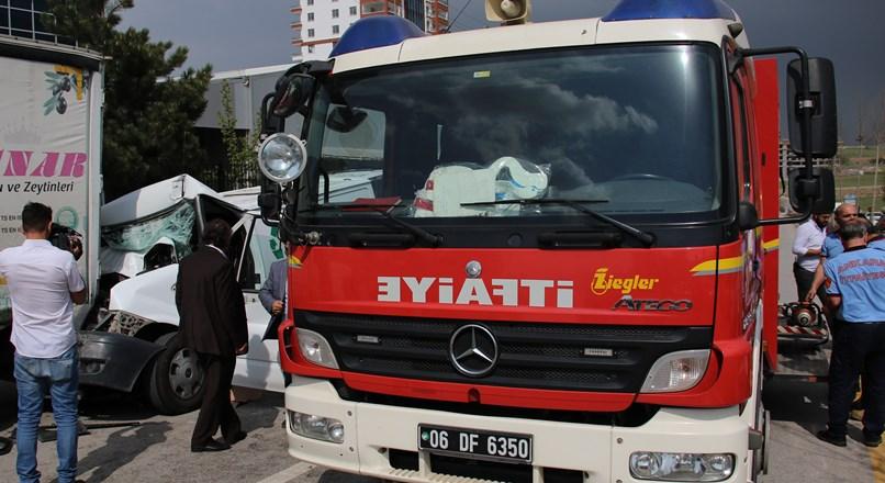 Ankara'da feci kaza! Sürücü araç içinde sıkıştı