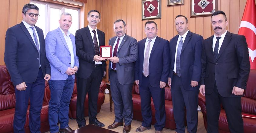 Enver Demirel'e amatör spora katkı plaketi