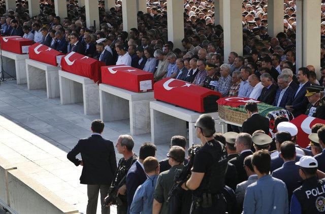 DEMOKRASİ ŞEHİTLERİ SON YOLCULUKLARINA UĞURLANDI