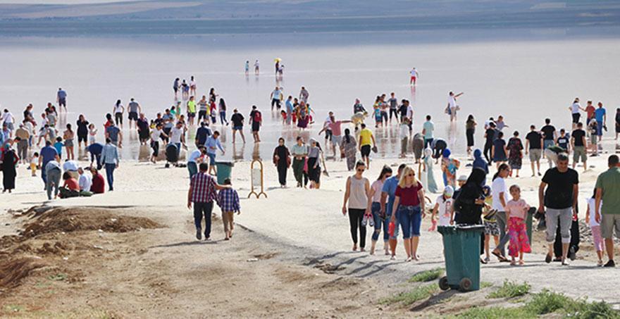 Tuz gölü turistlerle dolup taştı