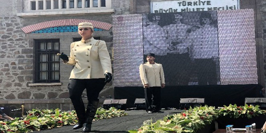 İkinci Meclis'te Atatürk Giysi Koleksiyonu Defilesi Düzenlendi
