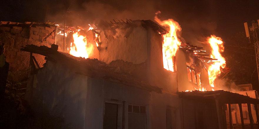 Başkent'te 3 gecekondu birden yandı