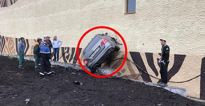 İnanılmaz kaza! Otomobil duvara saplandı