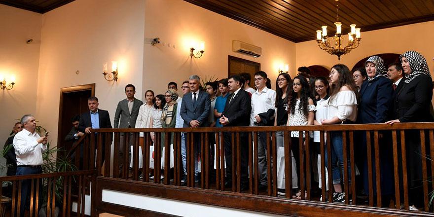 Vali Şahin 500 tam puan alan öğrencileri ödüllendirdi