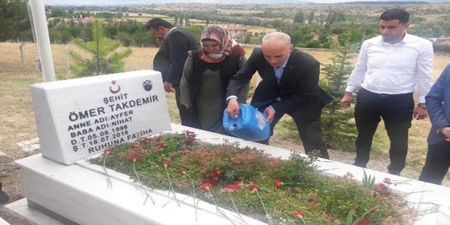 Türk-İş Genel Başkanı Ergün Atalay 15 Temmuz şehitlerini ziyaret etti