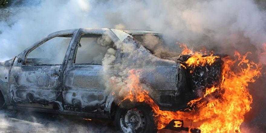 Seyir halindeki otomobil yanarak kül oldu