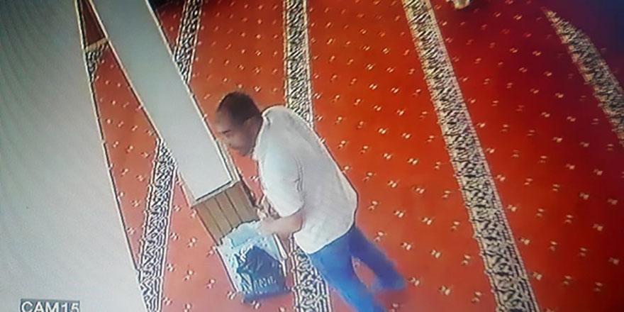 Cami içerisinde kablo hırsızlığı kamerada