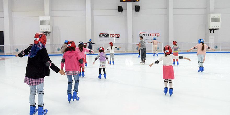 Karacaörenli çocuklara buz pateni imkanı