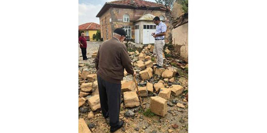 Şiddetli yağış ve rüzgar caminin minaresini yıktı