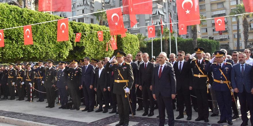 Adana'da çelenk krizi olay oldu