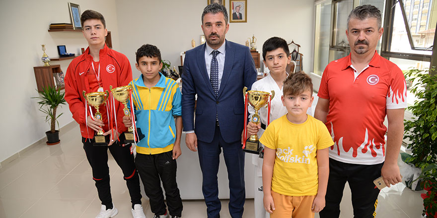 Pursaklar Belediye Başkanı Ertuğrul Çetin'i şampiyon sporcular ziyaret etti