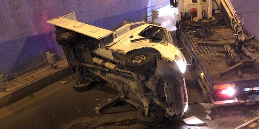 Keçiören'de kamyonet bariyerden uçtu: 2 yaralı
