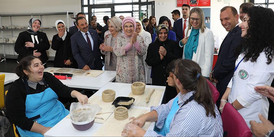 Emine Erdoğan, Etimesgut'ta bulunan Engelsiz Yaşam Merkezi'ni ziyaret etti