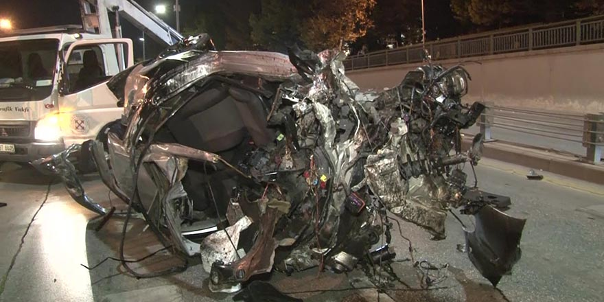 Otomobil yön levhasına çarptı: 2 ağır yaralı