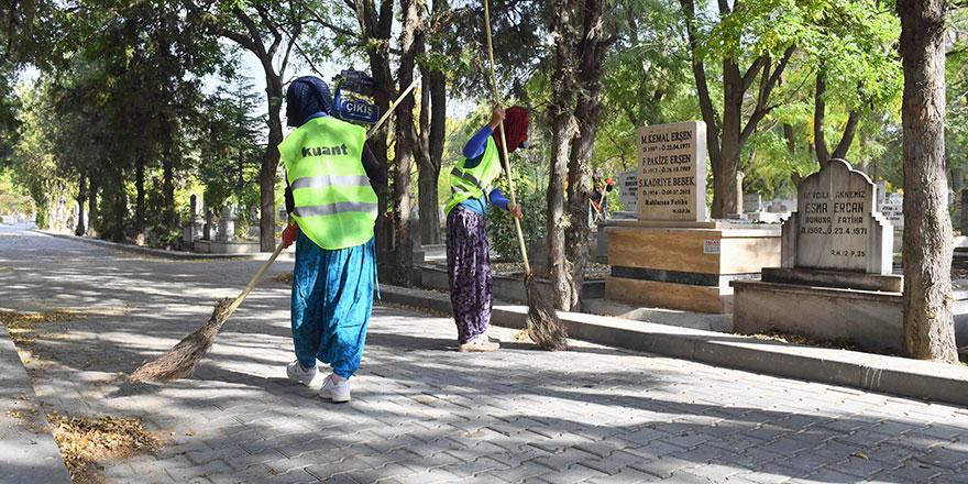 Ankara'daki mezarlıklar temizleniyor