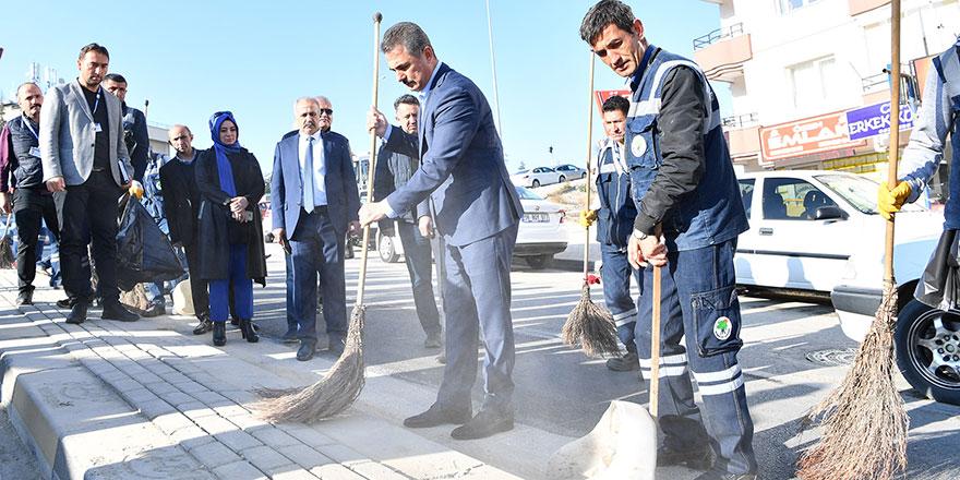 Başkan Murat Köse sokak süpürdü