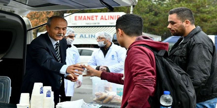 Ankara Büyükşehir'den üniversite kampüsünde sıcak çorba ikramı