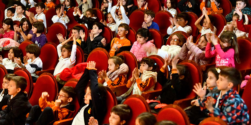 Çocuklardan tiyatro ve konserlere yoğun ilgi