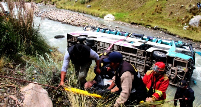 Peru'da otobüs nehre uçtu