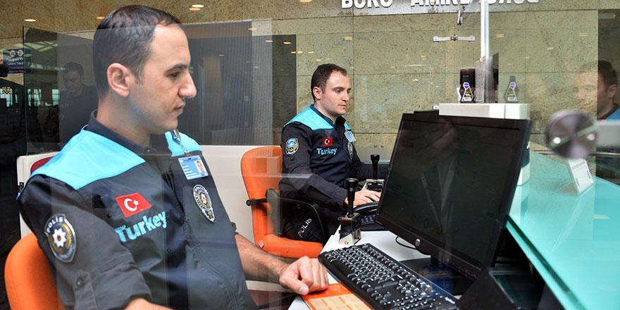 Pasaport polisinin kıyafeti yenilendi