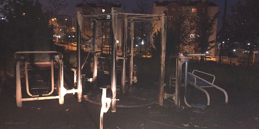 Şehir magandaları çocuk parkını yaktı