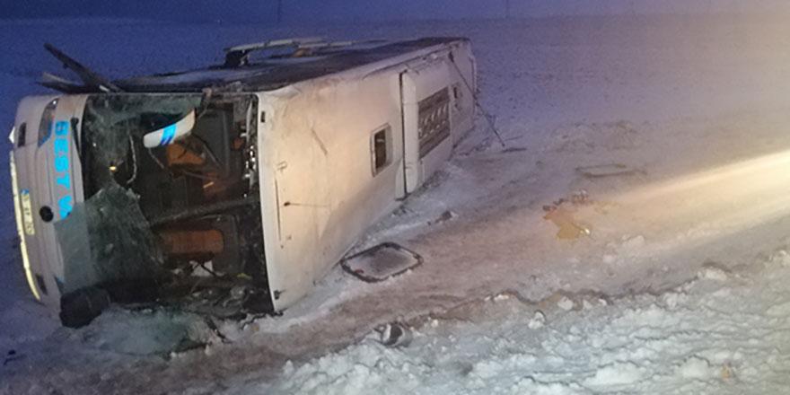 Yolcu otobüsü devrildi: 23 kişi yaralandı