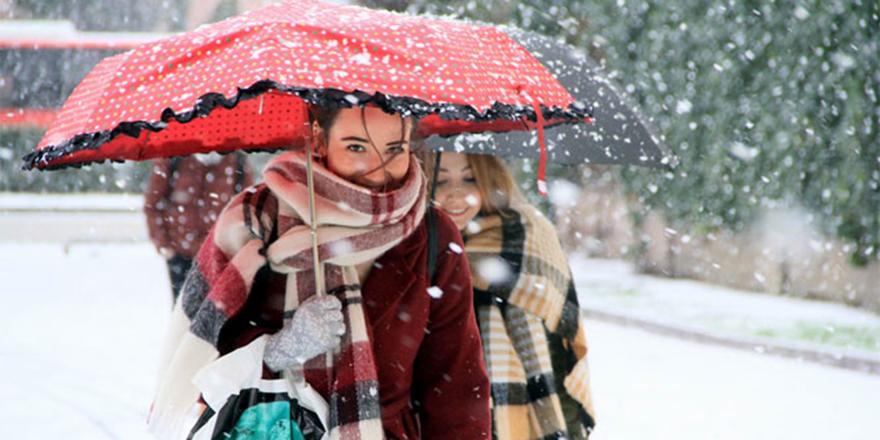 Ankara'ya kar düştü