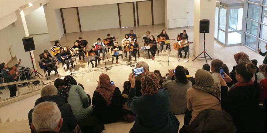 Kursiyerlerden gitar konseri