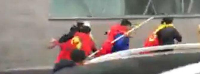 Paris'te gösteri yapan Azerbaycan vatandaşlarına, PKK flamalarıyla saldırdılar