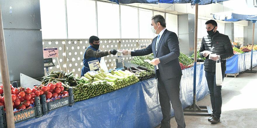 Başkan Köse esnafa ve vatandaşa maske dağıttı